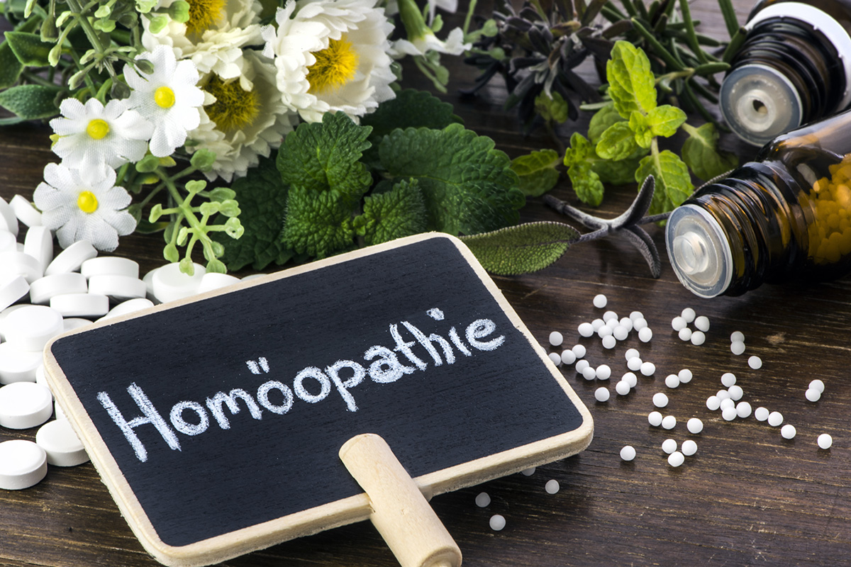 Homöopathie Schild mit Globuli, Schüsslersalzen und Kräutern